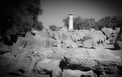 Bild von 7 Wonders - Das Foto zeigt was vom Tempel des Zeus in Olympia übrigblieb. Die Statue war eh nur aus Gold, Holz und Elfenbein.